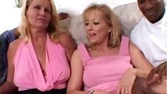 Amateur Shares cock with hot blondie in threeway